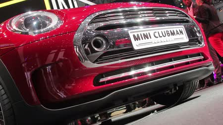 klassiek : Shveytsariya.Zheneva. 4-07 maart 2014: 84th International Motor Show in Genève. mini clubman Stockvideo