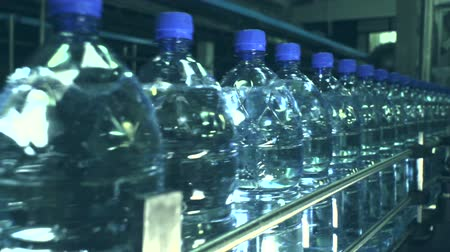 şişeler : Plant for the production of carbonated water. Conveyor speed film. Close-up of plastic bottles.