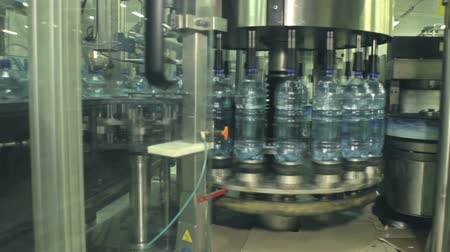 бутылки : Plant for the production of carbonated water. Conveyor speed film. Close-up of plastic bottles.