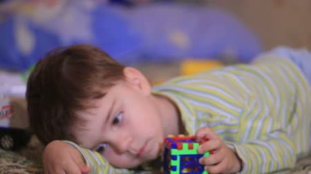 одиноко : Little boy playing with toys depicting different emotions