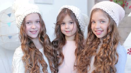 kıvırcık saçlar : Three young beautiful girls in winter hat Stok Video