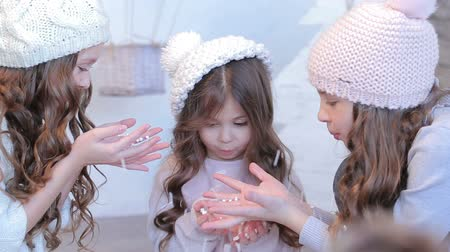 почему : Three young beautiful girls in winter hat Стоковые видеозаписи