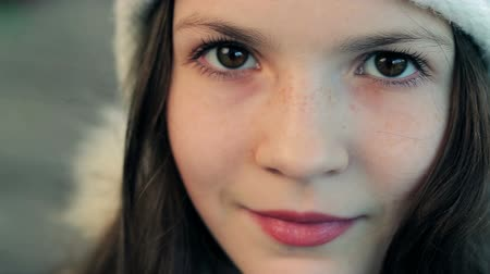 bulva oční : The girl with freckles and expressive look
