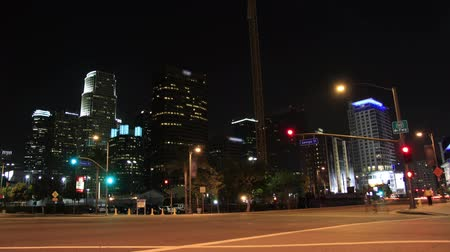 tiyatro : This is a time lapse shot of downtown Los Angeles at night over an intersection with car and pedestrian traffic near the LA Live  Nokia Theater. Stok Video
