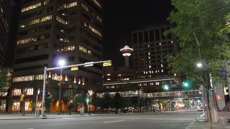 kanada : This is a time lapse shot shot in downtown Calgary Canada at night with light traffic. Stok Video