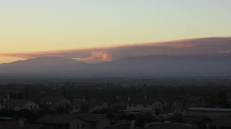 império : This is a wide shot time lapse at dusk of a forest fire in the Angeles National Forest near Los Angeles.