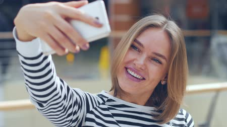 pozitivity : Beautiful woman making selfie in the mall. Dostupné videozáznamy