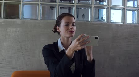 metáfora : Business woman look into smart phone glass reflection and smarten up. Stock Footage