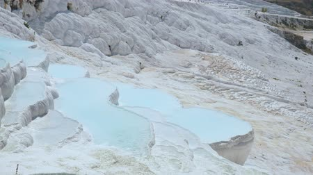 cálcio : Travertines with turquoise water in Pamukkale.