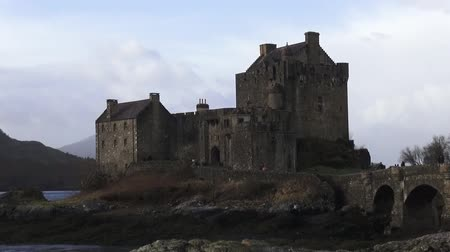 aeródromo : Eilean Donan Castle at Loch Duich with access bridge near Dornie, Scotland Stock Footage