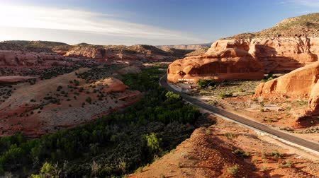 országúti : Desert, highway in Utah, USA. Scenic landscape. Nature, geology, environment of Utah. Traveling. View from above, aerial view, drone shot
