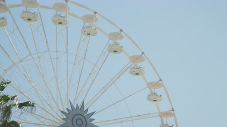 targi : SLOW MOTION: Empty ferris wheel spinning round and round Wideo