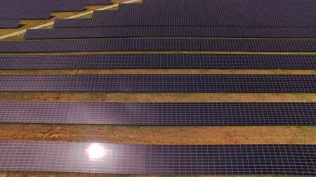 coletor : AERIAL: Flying above huge solar power station with photovoltaic panels Vídeos