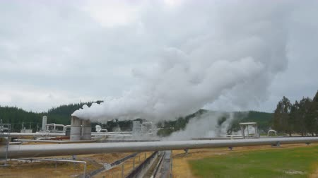 rafineri : CLOSEUP: Big smoke and steam coming out of steampower heating plant pipes and chimneys in New Zealand Stok Video
