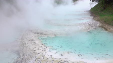 géiser : CLOSE UP: Beautiful turquoise blue hot water terraces geothermal spring