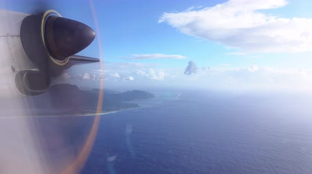 CLOSE UP: Propeller airplane flight above idyllic atoll islands on a beautiful summer day above Pacific ocean Wideo