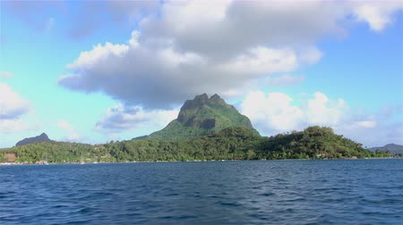 エメラルド : 4K: Sailing in beautiful Bora Bora lagoon, driving pass the beautiful famous mountain in French Polynesia