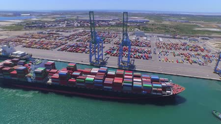 navios : AERIAL: Fully loaded container ship docked at freight port terminal Vídeos
