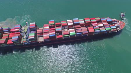 navios : AERIAL: Flying around big freight container ship at sea, freight transportation