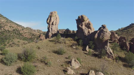 erozyon : AERIAL: Flying through huge natural rock formation in mountain landscape Stok Video