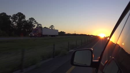 excesso de velocidade : SLOW MOTION CLOSE UP: Driving with personal SUV car on highway at beautiful summer sunset. Business road trip across the USA