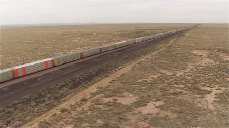 locomotiva : AERIAL: Long container freight train transporting goods across the country Vídeos