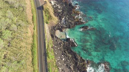 Оаху : AERIAL: Empty picturesque countryside road above the beautiful rocky ocean cliffs in stunning Hawaii island