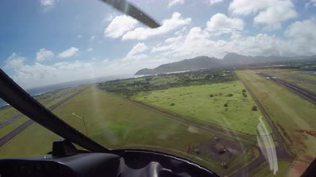 взлетно посадочная полоса : AERIAL: Fascinating panoramic view over vast mountain range of Kauai Island, Hawaii, on sunny summer day. Helicopter tour above magnificent island landscape of mountains, lush jungle and exotic trees