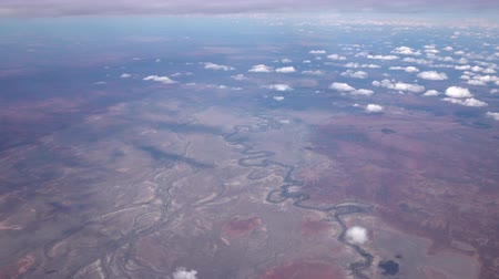 ziguezague : AERIAL: Flying high above endless vast hot dehydrated arid landscape of Great Victoria Desert and stunning meandering river watercourse curving back and forth across the dry red soil plains
