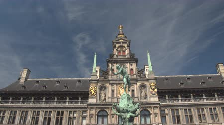 ornamentação : CLOSE UP, LOW ANGLE VIEW: Brabo statue fountain in front of stunning famous richly ornamented City Hall, Antwerp, Belgium. Fascinating historic architecture building on Great Market square in Antwerp Vídeos