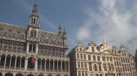 旅行の目的地 : CLOSE UP, LOW ANGLE VIEW: Beautiful picturesque view of richly ornamented buildings at Great Market, Brussels, Belgium. Fascinating gold detailed historic architecture of King's house and Bread