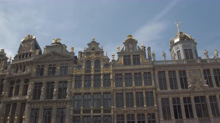 фасады : CLOSE UP, LOW ANGLE VIEW: Beautiful picturesque view of rich ornamentation buildings at Great Market, Brussels, Belgium. Fascinating detailed historic architecture of guildhall on Grote Markt square Стоковые видеозаписи