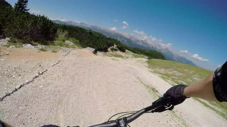 skalnatý : POV FIRST PERSON VIEW: Extreme biker riding downhill along the singletrack bandah rocky track and skinny wooden trails in mountain bike park. Beginner cyclist biking on the easy bikepark flow trail. Dostupné videozáznamy