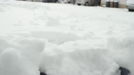 čištěný : SLOW MOTION, CLOSE UP: Shovelling manually fresh white snow from the street with shovel and clearing frozen path. Winter job and removal of deep snowy blanket, digging, scooping, throwing it away Dostupné videozáznamy