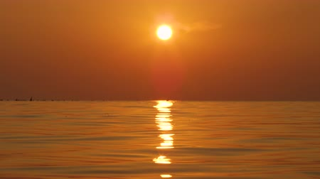 camsı : SLOW MOTION, CLOSE UP: Golden sunshine reflecting on glittering ocean surface on dreamy summer evening. Amazing reflection of sun setting above the sea creating dreamy and dramatically sensation