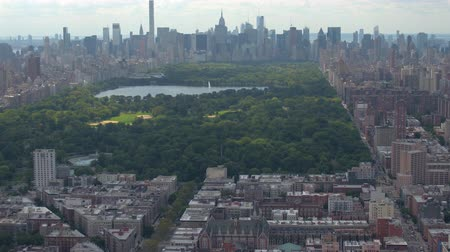 západ : AERIAL: Flying above sunny New York city with contemporary glassy skyscrapers and condominium apartment buildings overlooking beautiful green Central park. Iconic NYC Manhattan view with Central Park