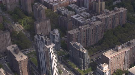 csomópont : AERIAL: Highly populated condominium residential buildings and local avenue streets crowded with personal cars and yellow taxicabs driving in Manhattan neighborhood in iconic New York City, America