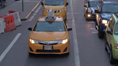 druk verkeer : NEW YORK, USA - SEPTEMBER 23rd 2016: Cars and yellow cabs caught in traffic jam on local streets of New York. NY yellow taxi in daytime traffic congestion during the rush hour in the city center Stockvideo
