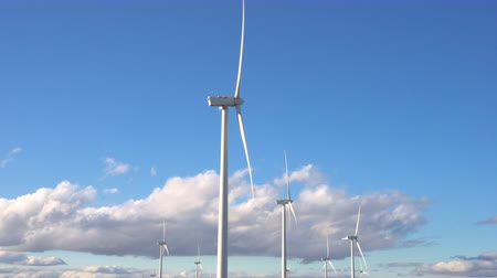 udržitelnost : Wind energy turbines on blue sky background, sustainable ecological energy production.