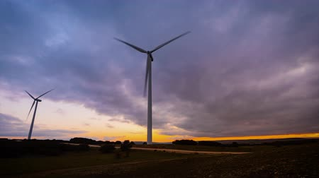 effectiviteit : Time-lapse beweging van windturbine in windpark op zonsondergang.