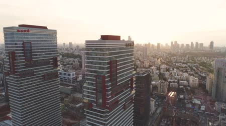 subúrbio : Tel aviv skyline at Daytime. Horizon view of towers and buildings towards sun. Downtown landscape of modern city background