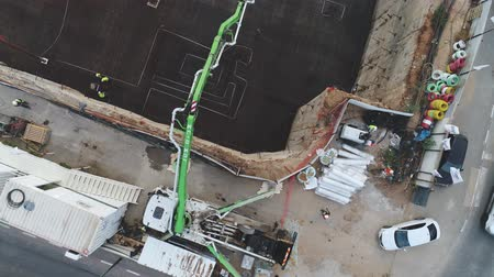 área de trabalho : Aerial view over construction site at daytime. workers, engineers, cranes and concrete cement on site. big infrastructure Stock Footage
