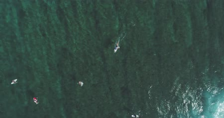 доска для серфинга : Top down aerial shot on surfers catching waves at the ocean. Bird eye view high on seawater with surfing board at the pacific