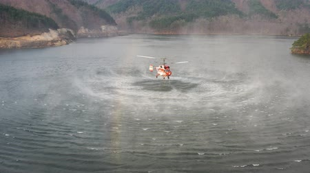 water-filled fire helicopter Stok Video