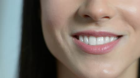 зубы : Close Up Of Beautiful Woman Smiling With Perfect Teeth