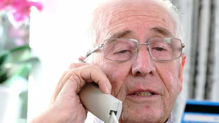 телемаркетинг : Senior Man Giving Credit Card Details On The Phone