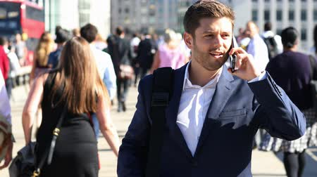 spěch : Businessman Using Mobile Phone Walking To Work In Slow Motion