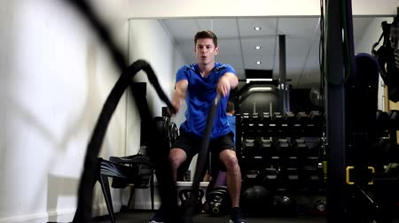 comprimento total : Slow Motion Sequence Of Man In Gym Working Out With Battle Ropes