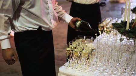 porce : waiters pouring champagne in glass Dostupné videozáznamy