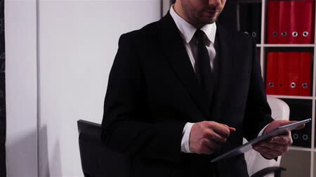 книжный магазин : Successful businessman with ipad in office.